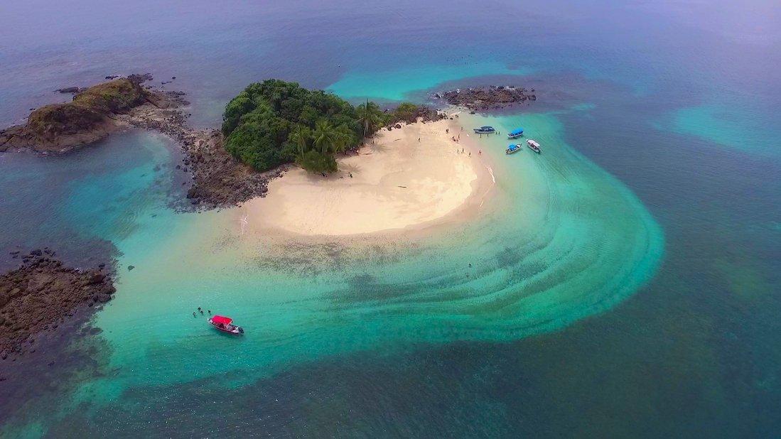 Imagen aerea de la Isla Granito de Oro, donde se ve la espectacular playa con aguas cristalinas, su arena blanca y su color de las aguas azul turquesa