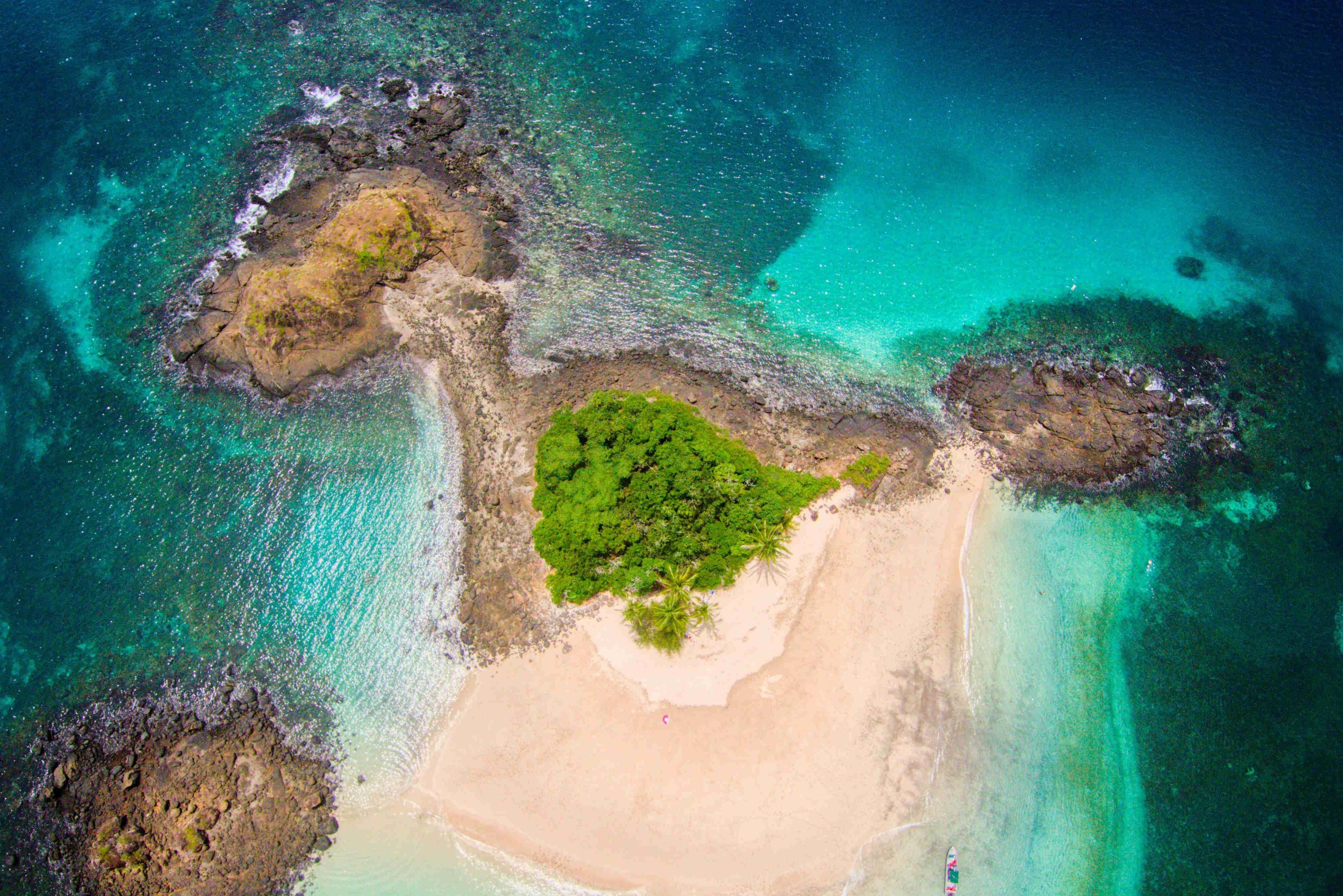 Increible imagen aerea, plano totalmente vertical, de la isla Granito de Oro en el archipielago de Coiba