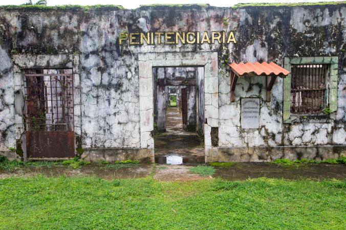 Fachada de la antigua carcel la penal en isla Coiba