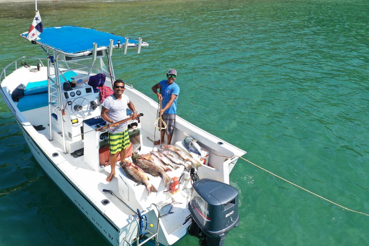 Los amigos pescando en el barco de Unlimited Adventures Coiba