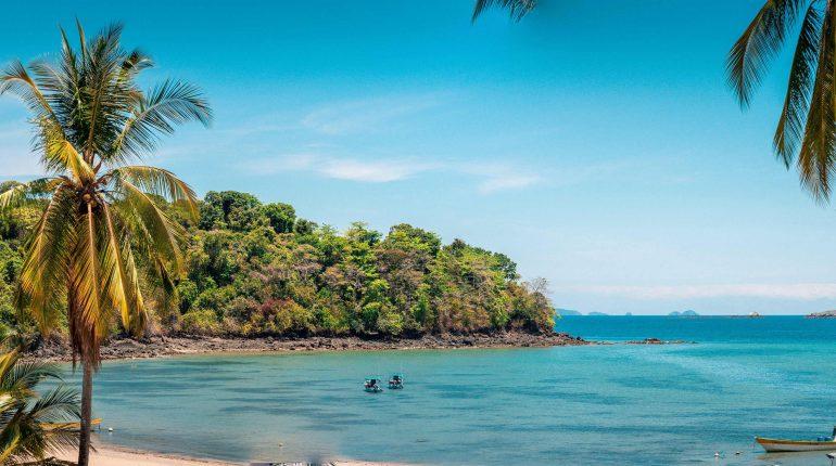 Preciosa playa con arena blanca y palmeras en los tours de Unlimited Adventures