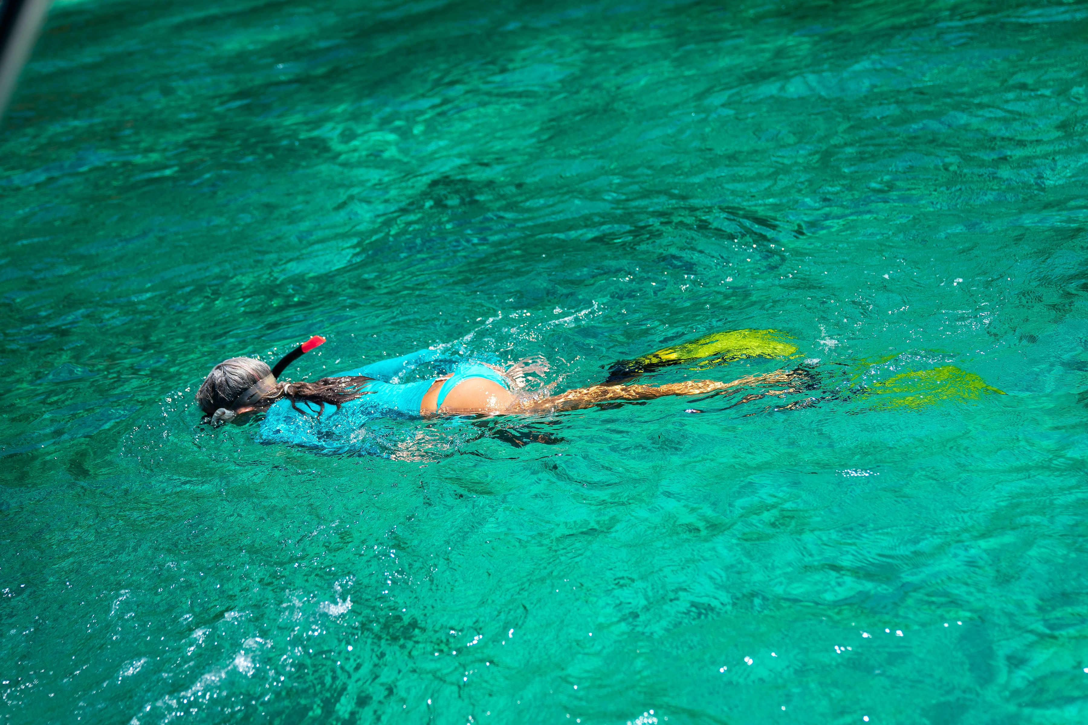 Chica haciendo snorkel