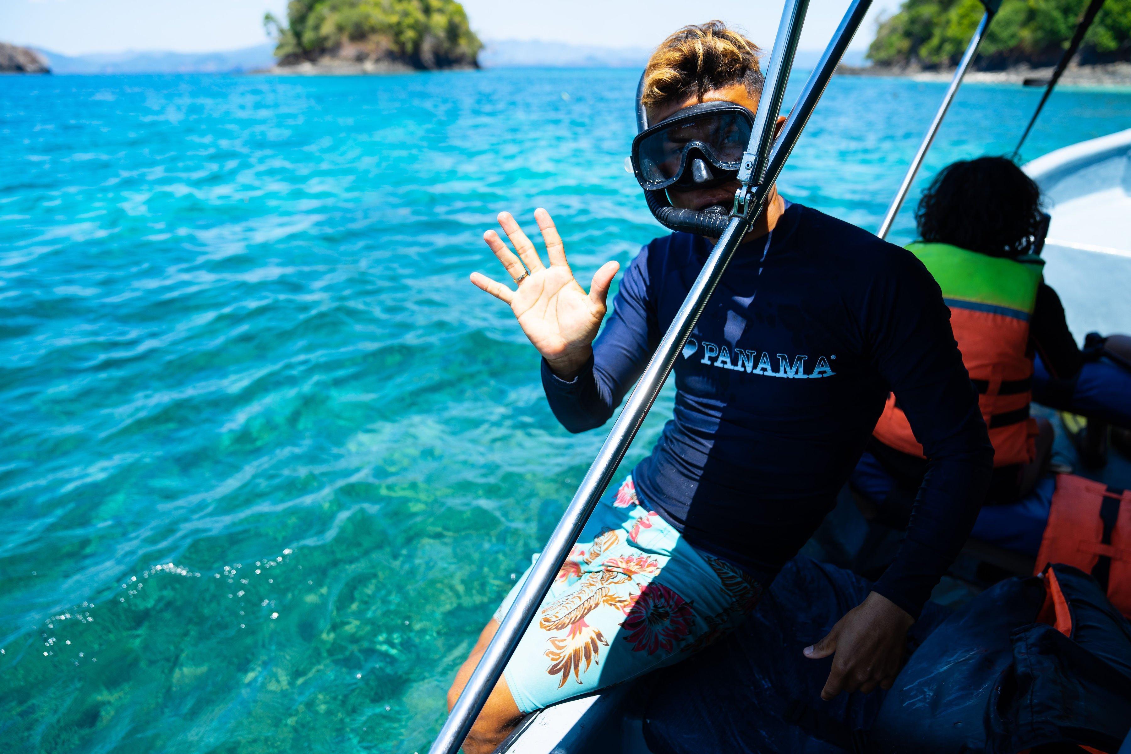 Guia de los tours de Coiba a punto de sumergirse en el agua