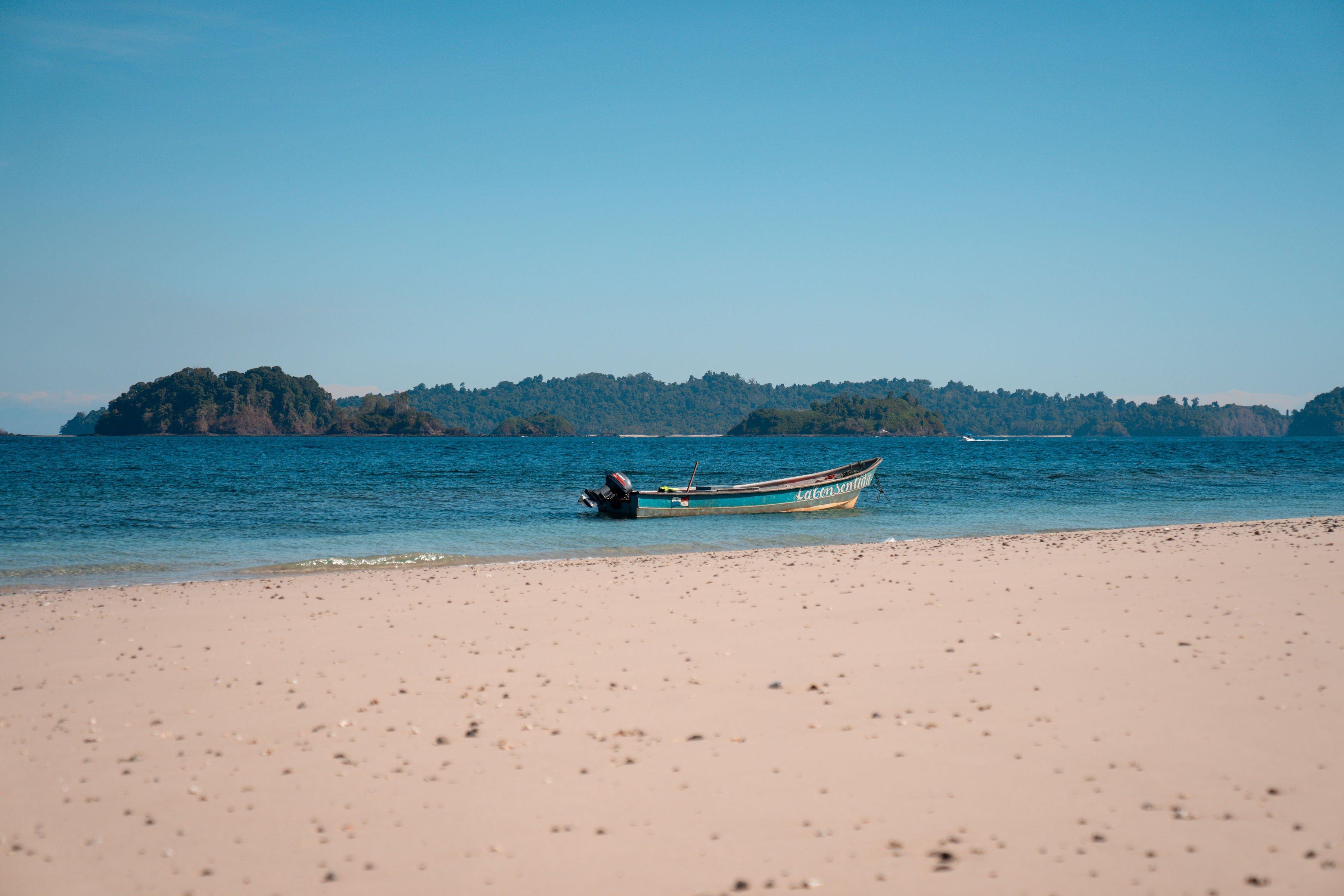 Lancha en la orilla de la playa de Granito de Oro