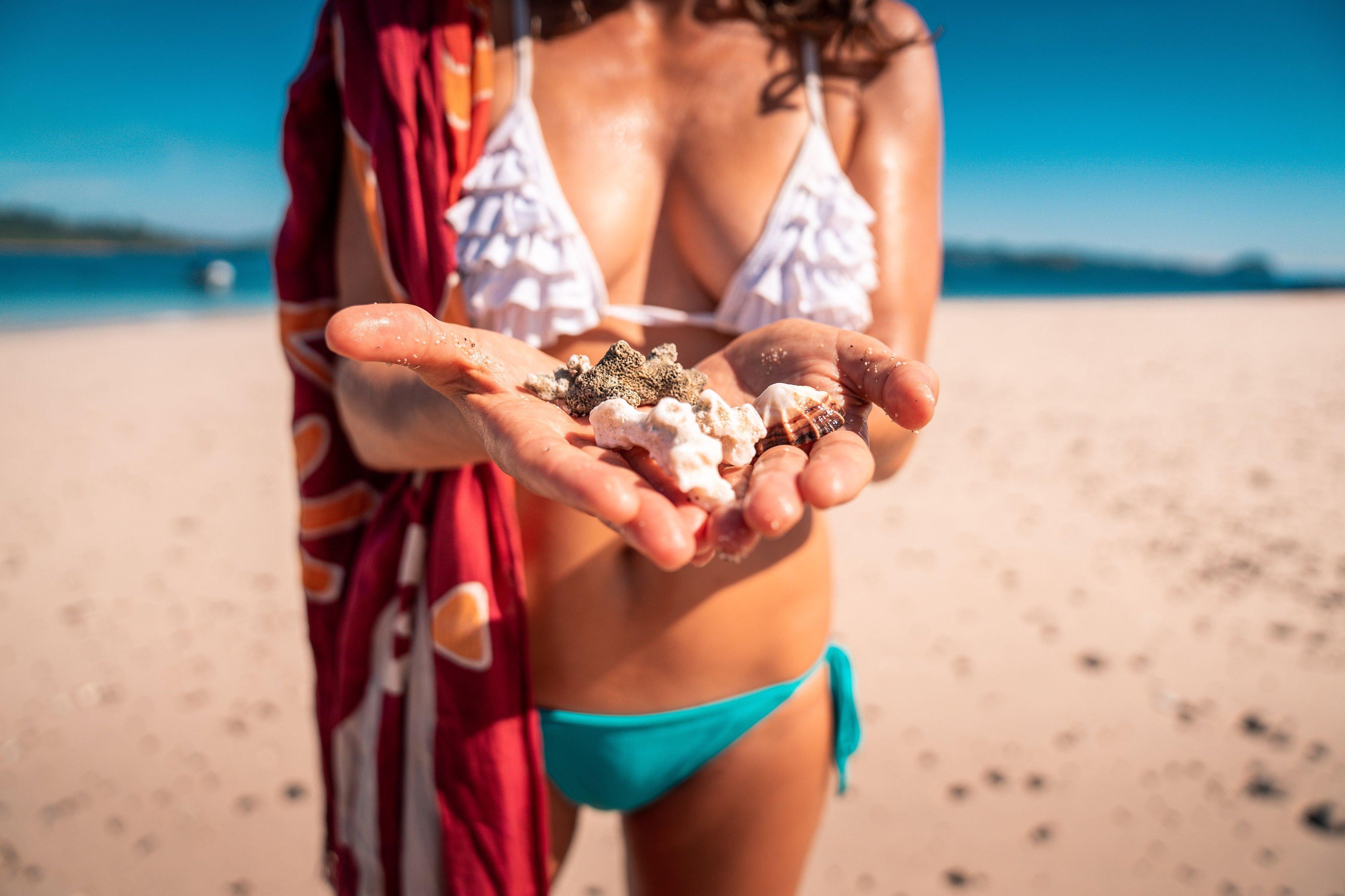 Primer plano de conchas recogidas por chica